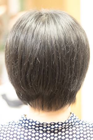 ショートヘア カット前 広がる髪 バックアングル