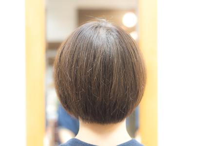 ミディアムヘア カット後 女性 バックアングル