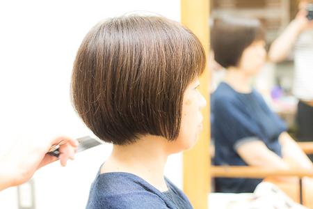 ミディアムヘア カット後 女性 サイドアングル