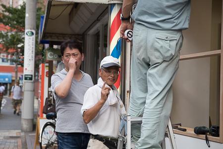 店舗補修工事 大内お兄さんのポーズ