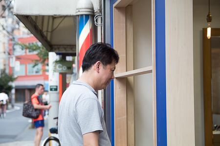 店舗補修工事 長谷川さん仕上がりチェック中