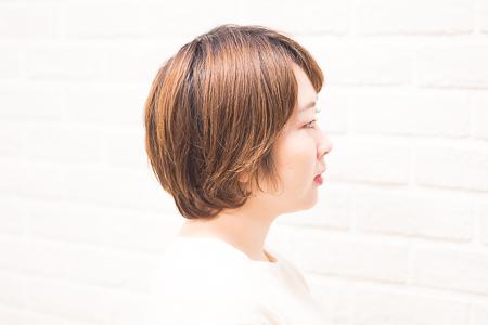 カラー前の女性の横顔