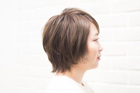 カラーとポイントカットを施した女性の横顔