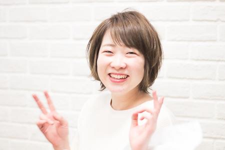 カットカラーを終えた笑顔の女性