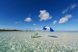 8月 August 海 ビーチパラソルと椅子