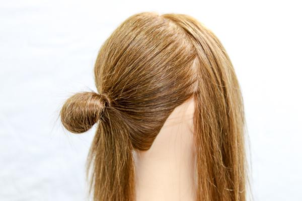 後ろの髪をループ状に結んである画