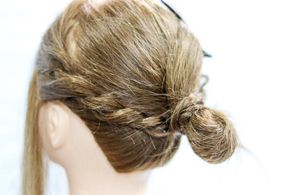 サイドの髪をツイスト編みしてまとめた画