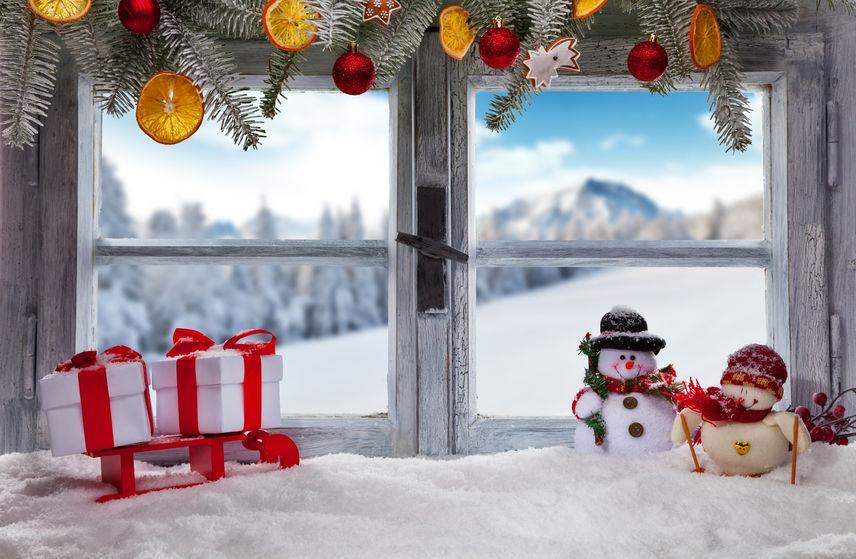 12月  December クリスマス 窓際のミニサンタとプレゼント